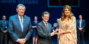 Alvaro Vázquez, son of H.E. Dr Tabaré Vázquez, President of Uruguay receives the 'Outstanding Contribution to Cancer Control Award' on behalf of his father