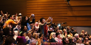 Participants take pictures at the 2018 World Cancer Congress