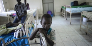Child in a hospital in Sudan looks into the camera. Photo by Richard Juilliert.