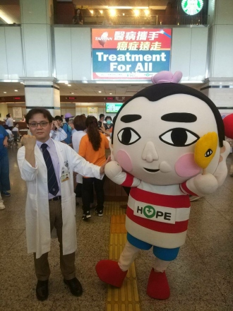 The organizer in this flash mob Dr. Sheng-Dean Luo and  mascot of HOPE Bao-Di.jpg
